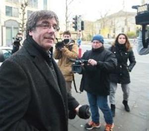 Puigdemont arriba a l'aeroport per prendre un vol amb destinació a Copenhaguen