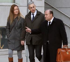 L'exsecretari general del PP valencià Ricardo Costa acompanyat per la seva parellai el seu advocat a la seva arribada avui a l'Audiència Nacional
