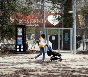 Una dona passa per davant de la porta tancada del zoo de París.