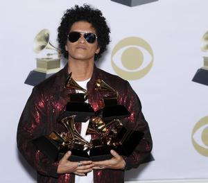 El popular cantant hawaià Bruno Mars va arrasar als premis Grammy amb sis gramòfons daurats.