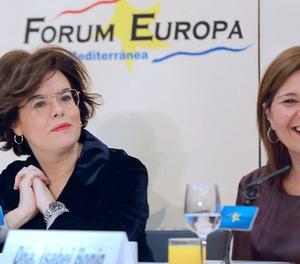 La presidenta del Partit Popular de la Comunitat Valenciana, Isabel Bonig (dreta), al costat de la vicepresidenta del Govern, Soraya Saénz de Santamaría, durant la seva intervenció en el Fòrum Europa Tribuna Mediterrània