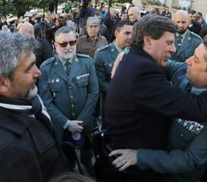 El pare de Diana Quer abraça un guàrdia civil.