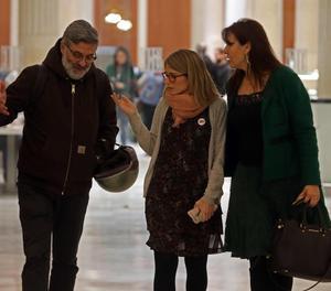 Les diputades de JxCat, Elsa Artadi (c) i Laura Borràs (d) parlen amb el diputat de la CUP, Carles Riera (i) als passadissos del Parlament