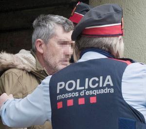 El presumpte autor del doble homicidi de Susqueda, Jordi Magentí, acompanyat dels mossos d'esquadra en el moment d'accedir a una casa d'Anglès.