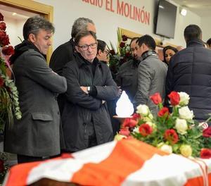 Excompanys de Quini van entrar el fèretre a la gespa d'El Molinón, entre l'ovació dels aficionats.