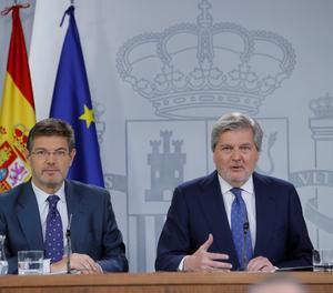 El ministre d'Educació i portaveu del Govern, Íñigo Méndez de Vigo (a la dreta), i el ministre de Justícia, Rafael Catalá.