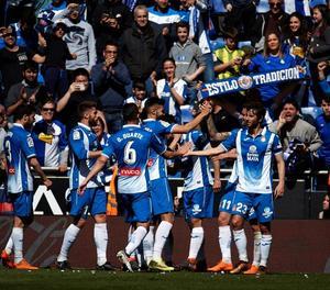 Jugadors de l'Espanyol celebren un dels gols davant la Reial.