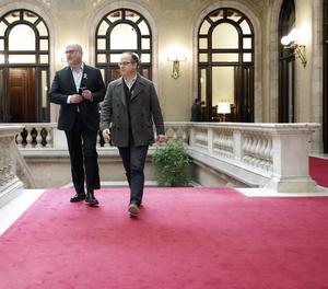 El diputado de Junts per Catalunya, Jordi Turull (d) junto al portavoz del grupo parlamentario, Eduard Pujol