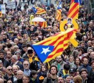 Una manifestació independentista recorre el centre de Barcelona contra la detenció de Puigdemont