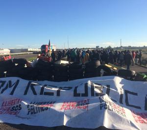Unes 150 persones tallen amb neumàtics l'autovia A-2 a Alcarràs