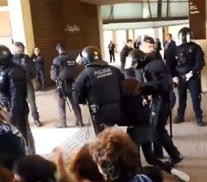 Els Mossos dEls Mossos desallotgen manifestants que superen el cordó policial en l'acte del Rei a Barcelonaesallotgen manifestants que superen el cordó policial en l'acte del Rei a Barcelona