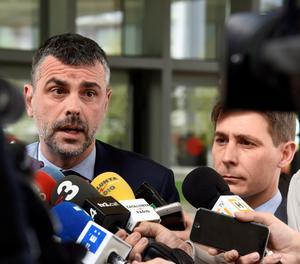 Santi Vila aten els mitjans després de comparèixer davant del jutge d'Osca.