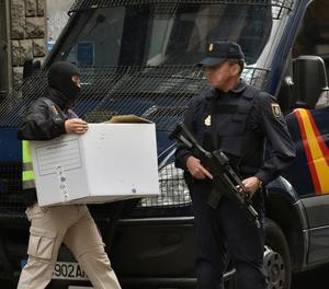 La Policía Nacional registra un centro de acogida en Bizkaya.