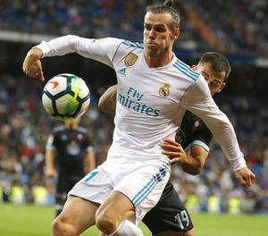 Bale pugna amb el cèltic Jonny en una acció del partit.