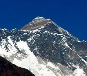 Un escalador xinès de 70 anys amputat d'ambdues cames corona l'Everest