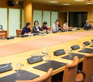 Los representantes dl PP, EH Bildu, Elkarrekin Podemos, PNV y PE-EE, al comienzo de la reunión de la ponencia de Autogobierno del Parlamento Vasco que hoy intenta cerrar la redacción del preámbulo de un nuevo Estatuto
