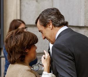 La vicepresidenta del Gobierno, Soraya Sáenz de Santamaría, conversa con el portavoz del PP en el Congreso, Rafael Hernando, a su salida del Pleno del Congreso