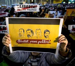 Una concentració duta a terme a la plaça Sant Jaume de Barcelona, per protestar per la decisió del jutge de deixar a presó a l'exvicepresident del Govern Oriol Junqueras, l'exconseller d'Interior Joaquim Forn, l'expresident de l'ANC Jordi Sánchez i el president d'Òmnium, Jordi Cuixart.