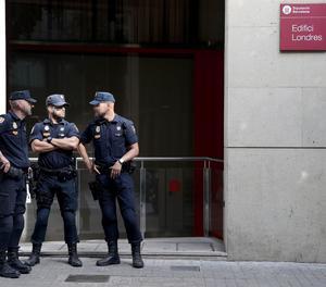 Agents de la Policia Nacional a la seu de la Diputació de Barcelona