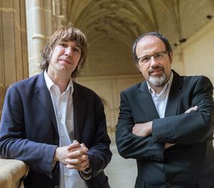 El psicólogo y periodista Luis Muiño (d) y el escritor y periodista, Jordi Corominas (i) durante el XIII Seminario Internacional de Lengua y Periodismo, centrado en