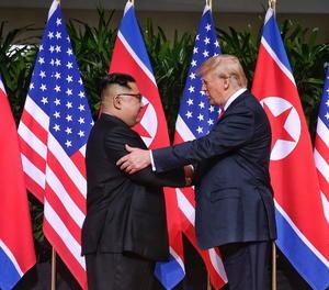 La cimera entre Trump i Kim comença amb una encaixada de mans