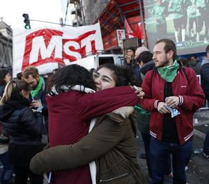 Milers de persones van celebrar a l'Argentina l'aprovació de la despenalització de l'avortament.