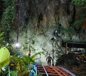 Funcionarios y miembros de las fuerzas militares tailandesas participan en la operación de búsqueda y rescate de un equipo de fútbol desaparecido en la cueva Tham Luang, en el Parque Forestal Tham Luang Khun Nam Nang Noon, en la provincia de Chiang Rai, (Tailandia).