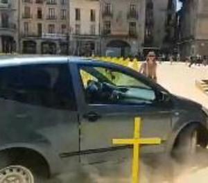Vic denunciarà per delicte d'odi al conductor que va arrossegar les creus grogues
