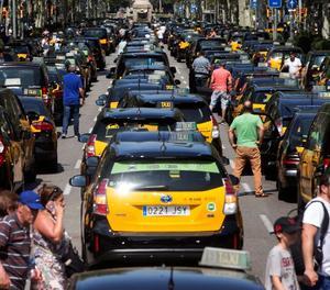 Centenars de taxistes van col·lapsar la Gran Via, a Barcelona.