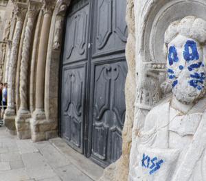 El grafiti, en una figura de l'exterior de la catedral de Santiago.