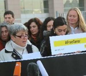 Un tribunal turc allibera el president d'Amnistia Internacional a Turquia