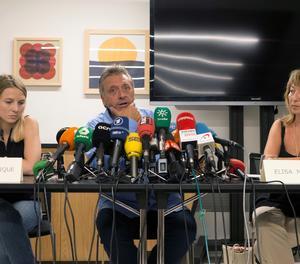 A la imatge, l'assessor de la Unitat d'Atenció a les Víctimes d'Afectats pel Terrorisme (UAVAT), Roberto Manrique, al costat de les responsables Elisa Micciola (esquerra) i Sara Bosch, durant la roda de premsa oferta en la vigília del primer aniversari dels atacs gihadistes.