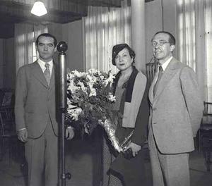 Fotografia facilitada pel Departament de Cultura de la Generalitat del poeta Federico García Lorca al costat de l'actriu Margarita Xirgu i el dramaturg Cipriano Rivas Cherif, realitzada per Josep Brangulí el 1935 a Barcelona, que ha estat trobada