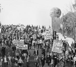 Imatge facilitada per Bozar que correspon a les manifestacions estudiantils a les Escales Monumentals de Coimbra, el 17 d'abril de 1969.