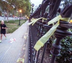 Llaços grocs al passeig Pujades de Barcelona.