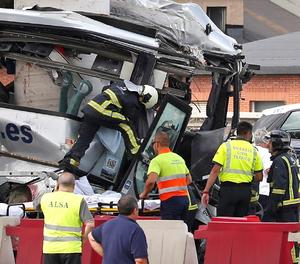 Almenys quatre morts en xocar un autobús amb un pilar a Avilès