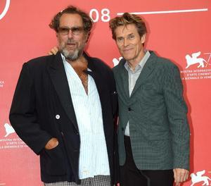 El director Julian Schnabel, informal, junto a Dafoe ayer en Venecia.