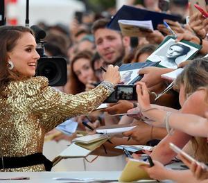 Natalie Portman va firmar autògrafs a desenes de fans a la Mostra.