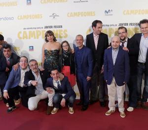 El director i els actors de 'Campeones' durant la presentació de la pel·lícula.