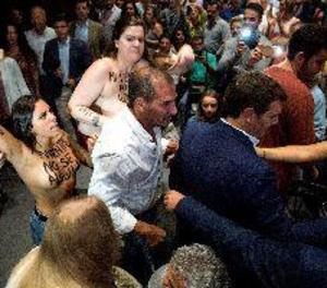 Dos dones irrompen en un acte de Cs per protestar per la gestació subrogada