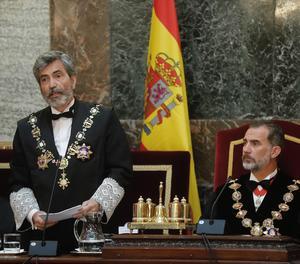 El rey Felipe VI, junto a la fiscal general del Estado, María José Segarra, durante el discurso del presidente del Tribunal Supremo y del Consejo General del Poder Judicial, Carlos Lesmes (centro), en la ceremonia de apertura del Año Judicial.