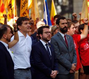 Pere Aragonés (c) acompañado de Roger Torrent (d) y Sergi Crebià durante una ofrenda floral al monumento a Rafael Casanova en Barcelona con motivo de la celebración de la Diada de Cataluña.