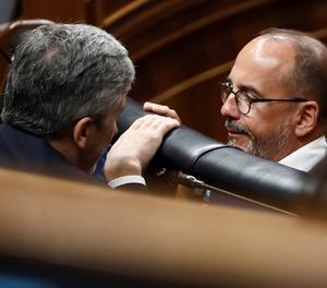 El portaveu del PDeCAT al Congrés, Carles Campuzano, conversa amb el ministre de l'Interior, Fernando Grande Marlaska.