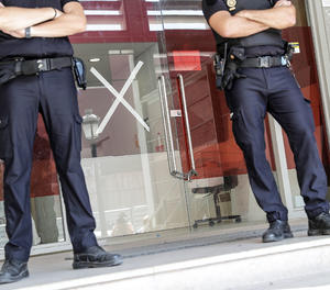 Dos agents custodien una de les clíniques iDental
