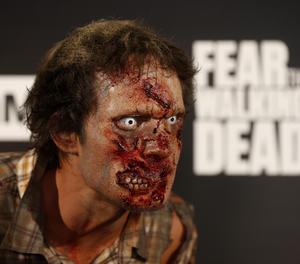 Un actor caracteritzat de zombie.