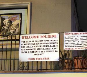 Una pancarta en un pis del barri de la Barceloneta, a Barcelona.