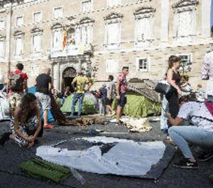 Els Mossos retiren l'acampada independentista de la plaça de Sant Jaume