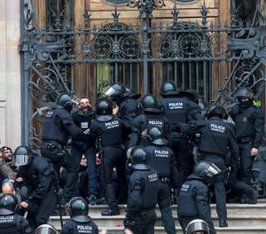 Agents dels Mossos d'Esquadra desallotgen desenes de persones concentrades davant del Tribunal Superior de Justícia de Catalunya (TSJC) el mes de febrer passat.