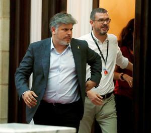 El portaveu de Junts per Catalunya, Albert Batet, surt del despatx del president Torra al Parlament.