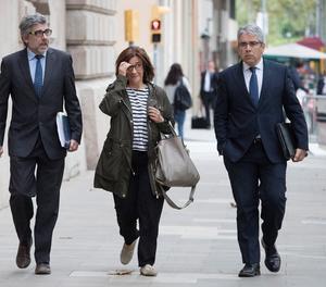La dona de l'exconseller de Presidència Jordi Turull, Blanca Bragulat, acompanyada del seu advocat Jordi Pina (esquerra) i l'exconseller Francesc Homs, a la seva arribada al Tribunal Superior de Justícia de Catalunya.